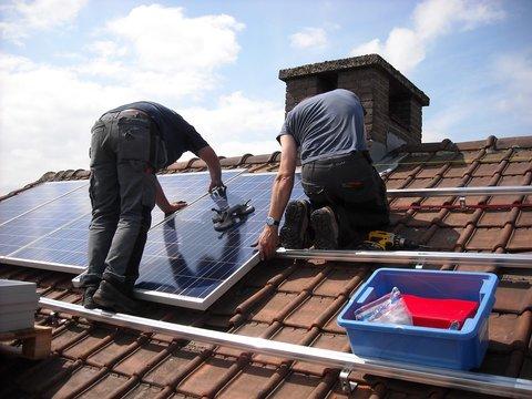 geld verdienen met zonnepanelen plaatsen