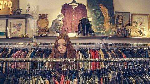 vrouw verkoopt oude kleding